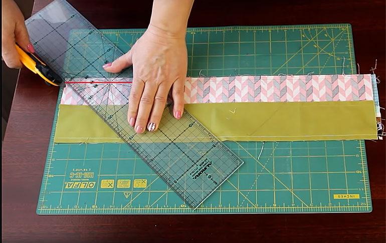Разрезаем ткань под углом 45 градусов